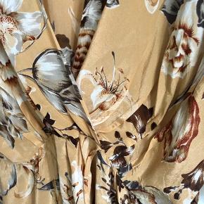 Smuk vintage italiensk silkebluse, str it 46, vil sidde pænt på en dk 40. Rigtig fin over en top. 205 pp