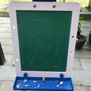 Kridt tavle på den ene side, kan vendes og så er der whiteboard på den anden side.
