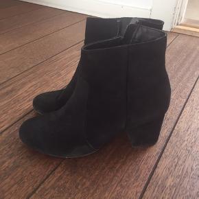 Har brugt dem en gang. Støvlen er i ruskind, og hælen måler ca. 6 cm.