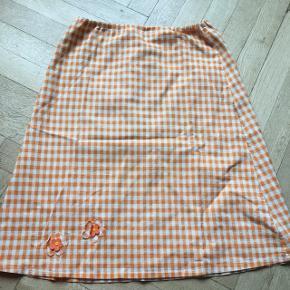 Fin hjemmesyet nederdel, omkring 1970-1980, syet af min bedstemor 🌼 Har små blomster deltaljer.   Talje: 72 cm på sit mindste - den har  elastik i taljen. Jeg er 76 cm og passer den perfekt.