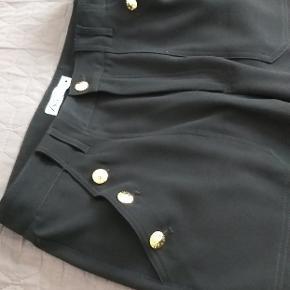 Super fede bukser med guld knapper. Købt for små derfor sælges. Brugt en gang..og er lagt op hos en skrædder..