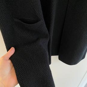 Den velkendte strik cardigan fra Sibin Linneberg i sort. Den er i super flot stand, kun vasket en enkel gang, så den står som ny.