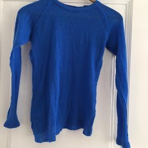 Trøje fra Gudrun&Gudrun i smuk cobolt blå. Trøjen er i tynd organisk uld fra Færøerne. Meget varm og elegant. Perfekt til en kølig sommeraften. Pris 900 plus porto