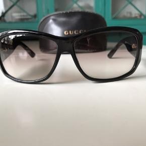 Sorte Gucci solbriller med originalt etui. Se dimensioner på brillestang på billedet. Graduerede glas som er lysere nederst hvor man læser og mørkest øverst.