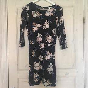 Super fin langærmet blomstret kjole fra H&M.Str. 36. Aldrig brugt.   Sælges for: 75kr.