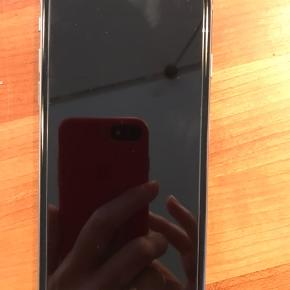 Meget velholdt iPhone 5S med 32 GB i Space Grey. Den har en lille skramme i bagsiden i nederste højre hjørne. Ellers uden skrammer og ridser. Den er altid blevet brugt med cover og panserglas. Panserglas sidder fortsat på og rudserne der ses på skærmen, er småridser på panserglasset.  Skærmen er den originale. Den virker upåklageligt og holder batteriet godt. Den er fortsat på over 90% uden strøm i et døgn. Strømkabel medfølger. Den bliver nulstillet når snart den har fpet ny ejermand.