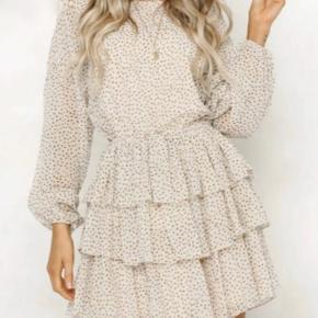 Sælger min sand farvede kjole med små brune prikker  Aldrig brugt