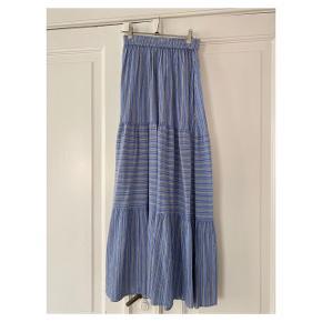 Fineste nederdel med elastik i livet  Se også mine andre annoncer eller følg mig på Instagram @2nd_love_preowned_fashion