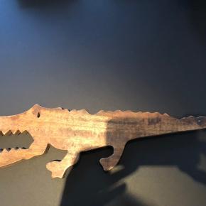 Antik smuk krokodille fra Beau Marche med træside og mørk ru behandlet anden side. Så smuk som dekoration evt på et børneværelse. Kan hænge eller stå