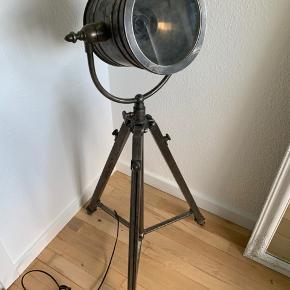 Fedeste retro gulvlampe - aldrig brugt, da der ikke har været plads til den nogle steder i min lejlighed. Derudover er den justerbar, efter eget ønske som billederne også viser.    Mindstepris 950kr