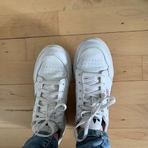 Adidas sko str.37,5 brugt få gange så står nærmest som nye.  Nypris:799