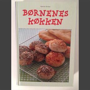 """Børnenes køkken - Katrine Klinken Ubrugt, helt som ny Mere end 250 opskrifter. """"Børnenes køkken er for alle, der har lyst til at lave mad og lære de grundlæggende regler i køkkenet."""" 40 kr. (nypris 199 kr.) Sendes ikke. Afhentes i Aarhus C"""