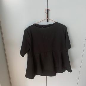 Sælger den bluse med stor flæsekant