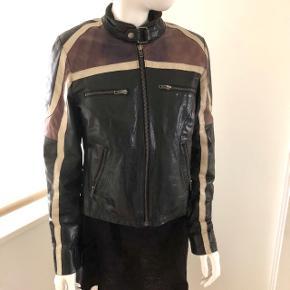 Mega fed biker læder jakke med lynlås. Læderet har en coatet overflade og som giver den et råt look.   Den passer over brystet et medium bryst- over skulderen er der plads til en str. L eller en str medium kan have sweatshirt eller tyk trøje under.