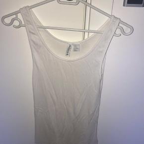 2 toppe fra H&M's DIVIDED linje sælges sammen. Str M / EU 38. ( Sidste billede er første top, bare prøvet på )