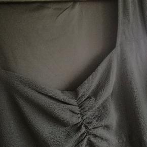 Sort kjole fra Even&Odd. Har en sweetheart neckline. Kan passe str 46, og 48 med mindre barm  Mængderabat gives