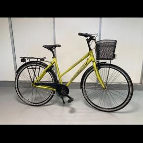 "Flot dansk produceret dame ""Citybike"" cykel med Shimano Nexus gear i farven Tropic matt. YWS lås, frontkurv og for / bag batteri lygter. Cyklen fremstår særdeles flot og velholdt. Nypris kr. 3479,00 inkl. lås, kurv og lygter. Stelstr.: 52  Kan hentes i Aarhus eller Ikast."