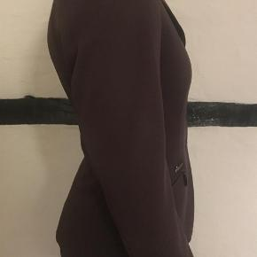 Varetype: Stævnejakke Størrelse: 76 Farve: Brun Prisen angivet er inklusiv forsendelse.  Super lækker jakke fra pikeur.  Modellen hedder scharlett.