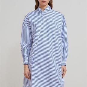 Brand: Toteme Varetype: Noma stribet kjole Farve: Blå hvid Oprindelig købspris: 2200 kr.  Mp. 1300 kr.