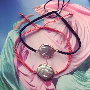 Smukke armbånd med perle vedhæng - laves med både forgyldte og sølv vedhæng i 4 skønne sommer farver : sort, pastel gul, rosa pink og en smuk gylden sand farvet.