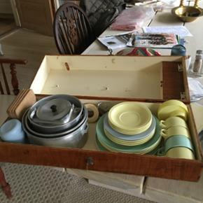 Retro picnic kasse med kedel,gryder, service, gaffeltøj og en masse andre skønne retro ting i. Helt unik