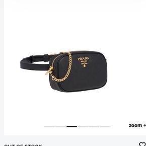 Næsten ny Prada bæltetaske hvor bælteremmen kan tages af og den medfølgende kæde kan puttes på, så tasken kan bruges crossbody. Str M Tasken er en gave og jeg har desværre ikke kvitt: længere. Dustbag medfølger.   Betaling kan deles op over 2 mdr.
