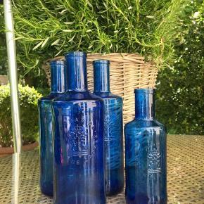 Fine franske vandkarafler 3X 1 liter og 1/2 liter flaske. Super.  Flotte til sommer bordet i haven.  Små maritime træ/metal pynt til bordet med plads til fyrfads lys indeni.  Samlet 150 kr.  Hentes i Rungsted sender gerne.