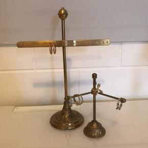 Sælger disse to fine smykke stativer til henholdsvis ringe og øreringe.  Sælges samlet for 50kr eller 30kr pr. stativ ☺️