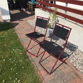 2 Gamle feltstole, med sæde i sort og stel i mørk rød. Stolene kan klappes sammen.  Med nummer 39 og 44.  Stolene har partina og rust, men det har ingen betydning for brugen. De er gamle og er blevet brugt udenfor under tag. Yderst velholdte🌸🌸  De er tunge!!!   Skal afhentes 🌸🌸  Prisen er for begge stole.