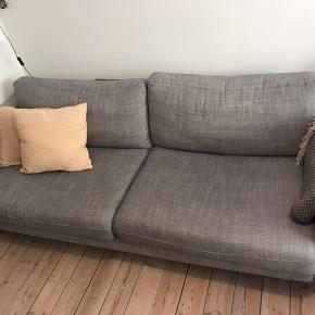 Ikea Karlstad 3-personers sofa. Bredde 205 cm, dybde 93 cm. Sofaen står på 1. sal