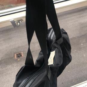 Super fin Day taske - sort. Den skal dog vaskes da der er pletter på indersiden af tasken, eller i super fin stand.  Pletter vises tydeligt på billede.