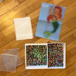 Stort sæt med perler og 3 plader man kan sætte sammen samt hæfte med illustrationer