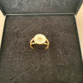 Flot ring - ingen slidtage, da den kun er blevet brugt i perioder. Ringens størrelse er: 58 og selve blomsten måler: 1,2 cm i diameter.