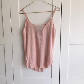 100% silke. Style: Nicarika. Kan justeres i strop længden.