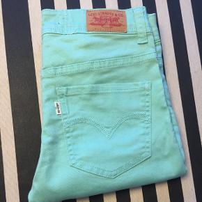 Turkise Levi's bukser skinny fit str. 12 år i rigtig pæn stand sælges da de bare ligger i skabet. Der er en svag plet på det ene knæ (se sidste foto) - ikke noget man ser, og ikke forsøgt fjernet - derfor den billige pris. Men ellers fremstår de nærmest som nye! Farven er som foto 1. Jeg sender gerne :)