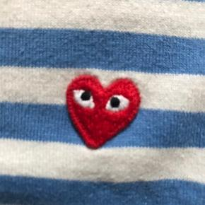 Sælger denne fede Commes dés garcons bluse!! Får den desværre ikke brugt.. Np er 1000kr Giver mængde rabat så tjek mine andre salg ud;) Bytter gerne🌼 Skriv hvis du vil have et billed med den på!