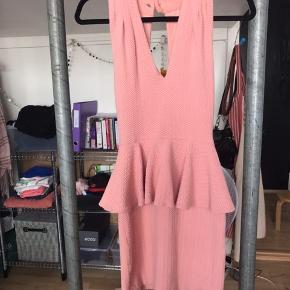 Smuk kort lyserød Ganni kjole. Købt let brugt på Trendsales for snart 3 år siden. Jeg har brugt den en gang til et bryllup. Siden har den blot hængt i skabet 🌸 Befinder sig på Østerbro