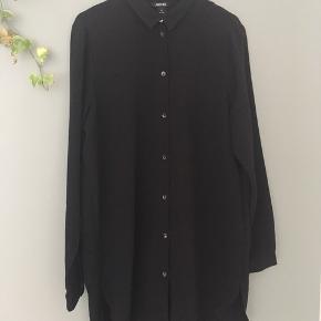 Sort lang skjorte fra Monki i str M sælges