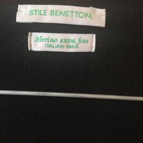 Sort cardigan fra Benetton. 100 % merinould. Str. L (men lille i størrelsen). Brugt få gange.