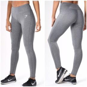 Gymshark Grey Dry Sculpture Leggings/tights i størrelse XS.  Højtaljede og med lommer i begge sider og en lille lomme i linningen bagpå.