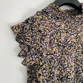 Den fineste sommerkjole med flæseærmer, tyndt bindebånd i taljen og sort underkjole.  Brugt 2 gange! Fremstår spritny.
