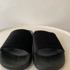 Sorte sandal / slippers fra 'Beauty Girls' i str. 37. Købt på en rejse til ca 250,- Brugt nogle gange. Sål er plastik / bade sandals agtig & med bøjelig front. Den brede 'rem' velour agtig og måler 8 cm i længden. Mål længde fra kap til snude ca 24 cm