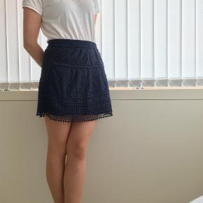 Rigtig sød nederdel. Går til midt på låret.