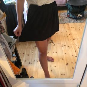 Løs og fin sort nederdel i let stof. God stand. Kan passes af medium også