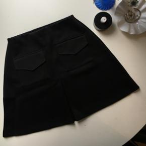 Super lækker A-line nederdel fra Boohoo med frontlommer i str 38. Aldrig brugt.