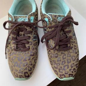 Lækre sneakers, som jeg har hentet hjem fra udlandet.  Faktisk ikke brugt meget.  Animal print, lyseblå detaljer, lyseblå indeni.  Dyreprint.