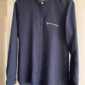 Rigtig fin skjorte, en lækker mørkeblå farve