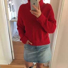Postkasserød cropped sweater fra Forever 21, den er købt i str l, for ikke at være nær så cropped som den var tiltænkt at skulle være. Den er brugt 2 gange og vasket en enkel gang. Den er i 100% bomuld.