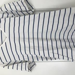 Bläck T-shirt  Næsten ikke brugt. Pris eksklusive fragt.  Bytter ikke.