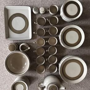 B&G Peru spise- og kaffestel. Ingen fejl eller skår.  13 stk. spisetallerkener 24 cm. 11 stk. frokosttallerkener 21 cm. 13 stk. kagetallerkener 17 cm. 13 stk. kaffekopper 14 stk. underkopper  1 stk. flødekande 1 stk. thekande 1 stk. sukkerskål m. låg 1 stk. salt og peber 1 stk. serveringsskål 1 stk. serveringsfad  Sælges samlet.  Afhentes i Grenaa eller Aarhus